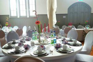 Saal mit gedeckten Tischen