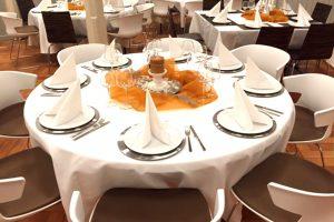 Schick gedeckte Tische